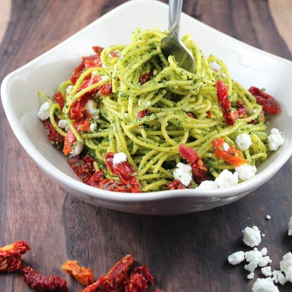 kale pesto spaghetti, gluten free spaghetti, gluten free kale pesto spaghetti recipe, kale pesto with cashews, kale pesto spaghetti with goat cheese, goat cheese sun dried tomato pasta recipe, vegetarian kale pesto spaghetti recipe, gluten free, vegetarian, goat cheese, kale pesto, corn spaghetti, recipes