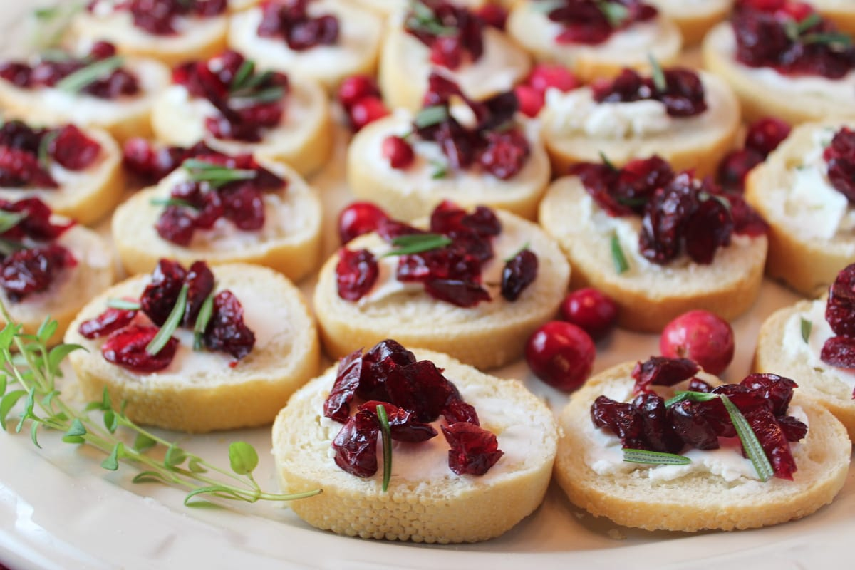 goat cheese baguette, cranberry goat cheese appetizer, cranberry rosemary hors d'oeuvres, christmas appetizer, holiday appetizer, easy cranberry appetizer